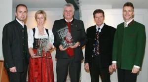 """Der Sautener Helmut Mair (3.v.l.) nahm die Auszeichnung als Landessieger """"Brände"""" entgegen. Foto: LK Tirol/Evelyn Darmann"""