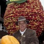 Hubert Wammes vor dem riesigen Apfel.
