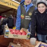 """Kinder und Jugendliche ?bernehmen den Transport zwischen Markt und den Pkws der Konsumenten als sogenannte """"Apfeltaxis""""."""