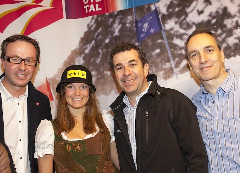 Lukas Scheiber, Alban Scheiber und Andy Perrin gratulieren Julia Mancuso zu ihrer Bronze-Medaille. Foto: Ötztal Tourismus / Lorenzi