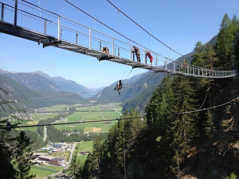 Letzte Arbeiten bei der 82 m langen Hängebrücke in Längenfeld