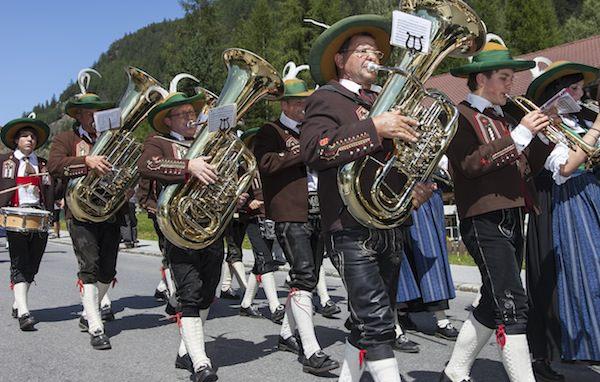 Musikkapelle Huben beim Aufmarsch