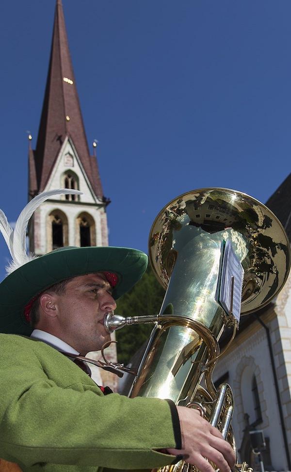 Musikant vor der Pfarrkirche zur heiligen Katharina in Längenfeld.