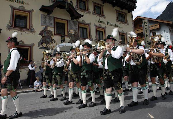 Musikkapelle vor dem Hotel Hirschen in Längenfeld