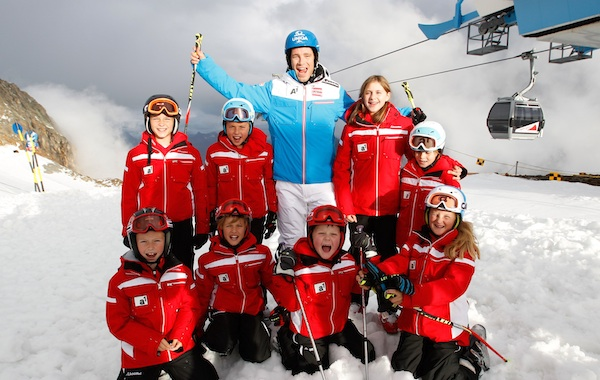 "ÖSV-Athlet Benni Raich mit dem ""Junior Team"" in Sölden. Foto: A1"