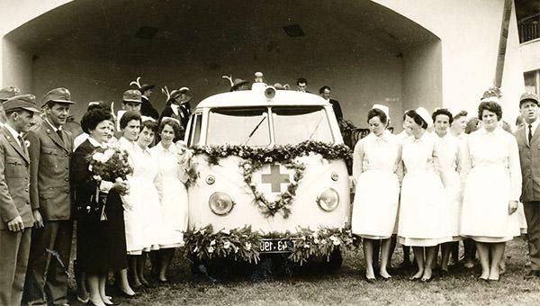 Segnung des ersten Rot-Kreuz-Fahrzeuges in Längenfeld. Gleich nach dem feierlichen Anlass folgte der erste Einsatz. Foto: Chronik RKL