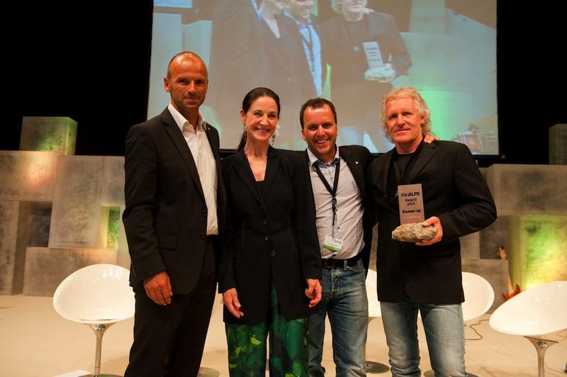Marketingleiter Chris Schnöller (2.v.r.) & AREA47-GF Hans Neuner nehmen die Auszeichnung von Hubert Siller (MCI Tourismus) und Alps-Herausgeberin Charlotte Seeling entgegen.